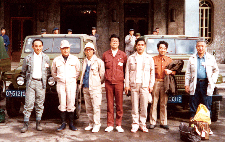 三江平原開発の前進基地となった黒龍江省佳木斯賓館前で(1979年8月)